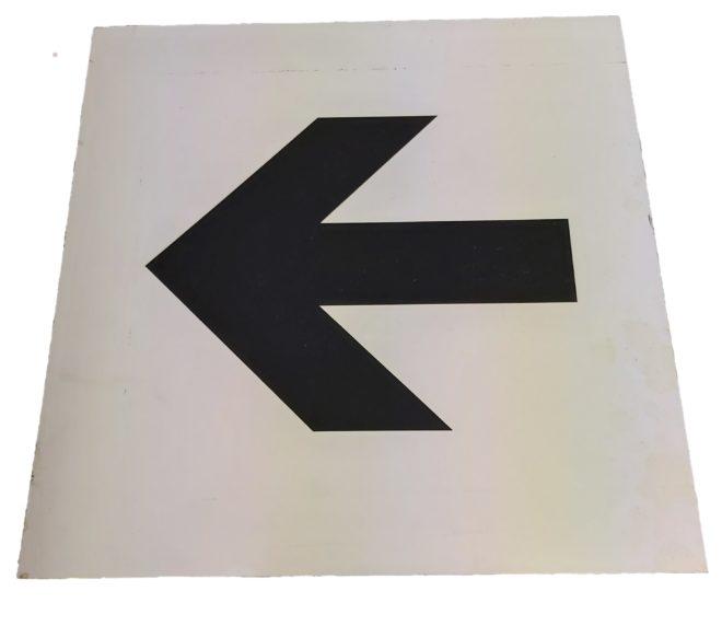 Hinweisschild Pfeil links Personenleitsystem leiten Personen Verkehr Veranstaltungslocation
