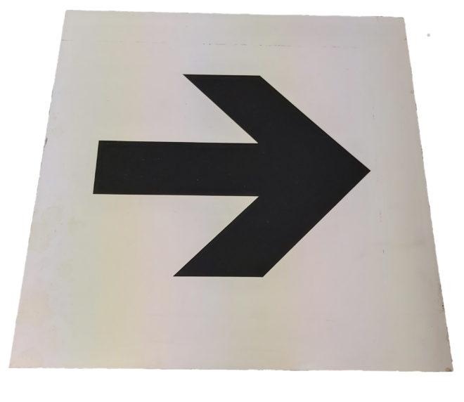 Hinweisschild weiß Pfeil rechts Personenleitsystem Leitsystem leiten Personen Verkehr Veranstaltungslocation