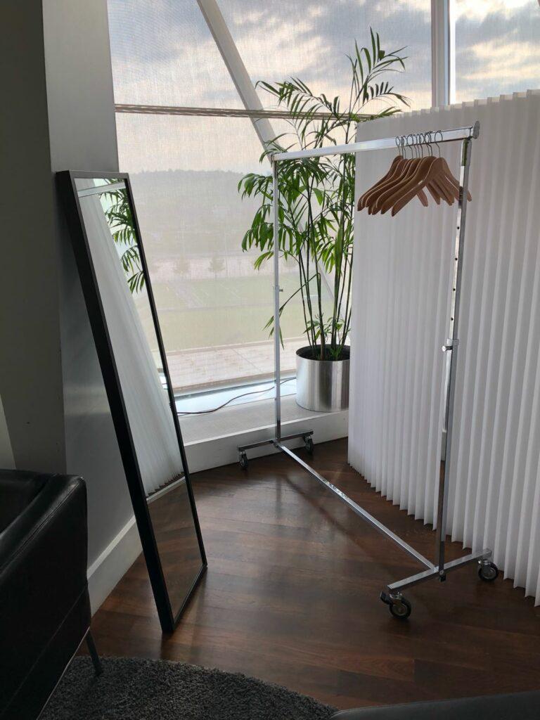 spiegel-pflanzen-garderobenstaender-moeble-stehlampe-sofa-sessel-messe-konzert-backstage-eventausstattung-ausstattung-event-garderobe