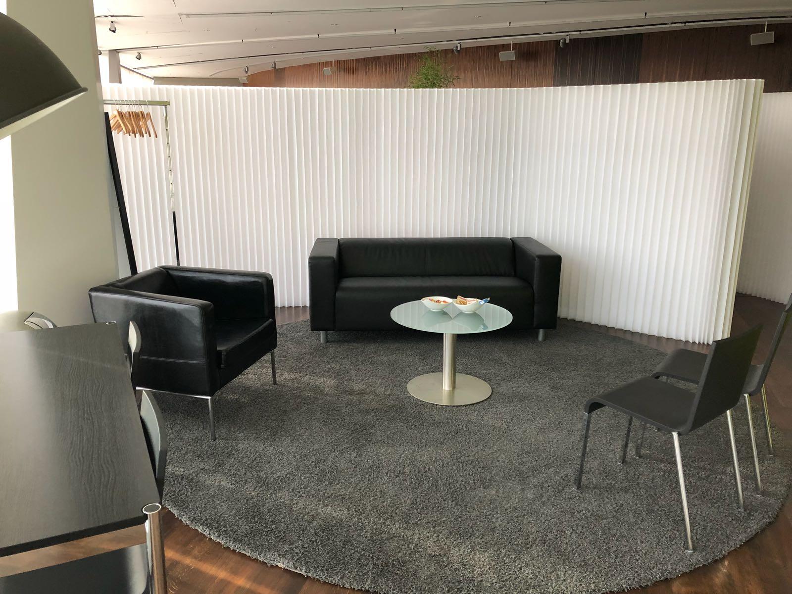 tisch-glasplatte-stuhl-moeble-stehlampe-sofa-sessel-messe-konzert-backstage-eventausstattung-ausstattung-event-garderobe