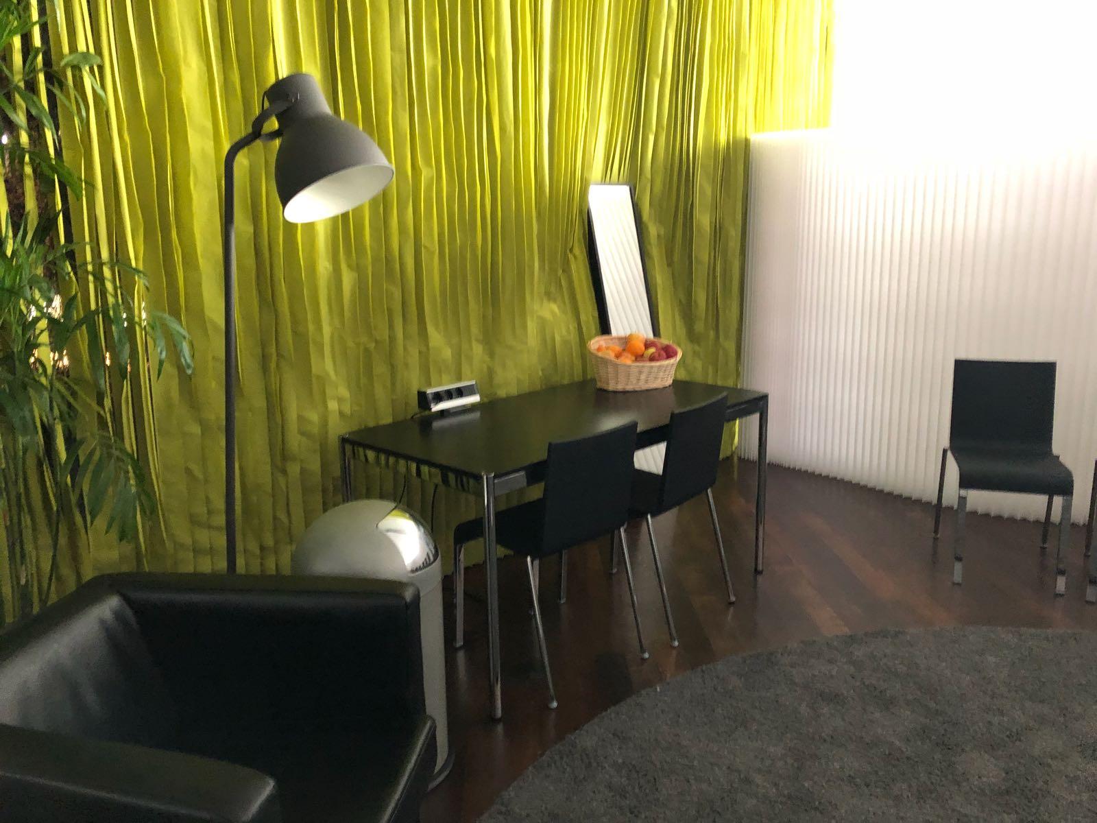 tisch-moeble-stehlampe-sofa-sessel-messe-konzert-backstage-eventausstattung-ausstattung-event-garderobe