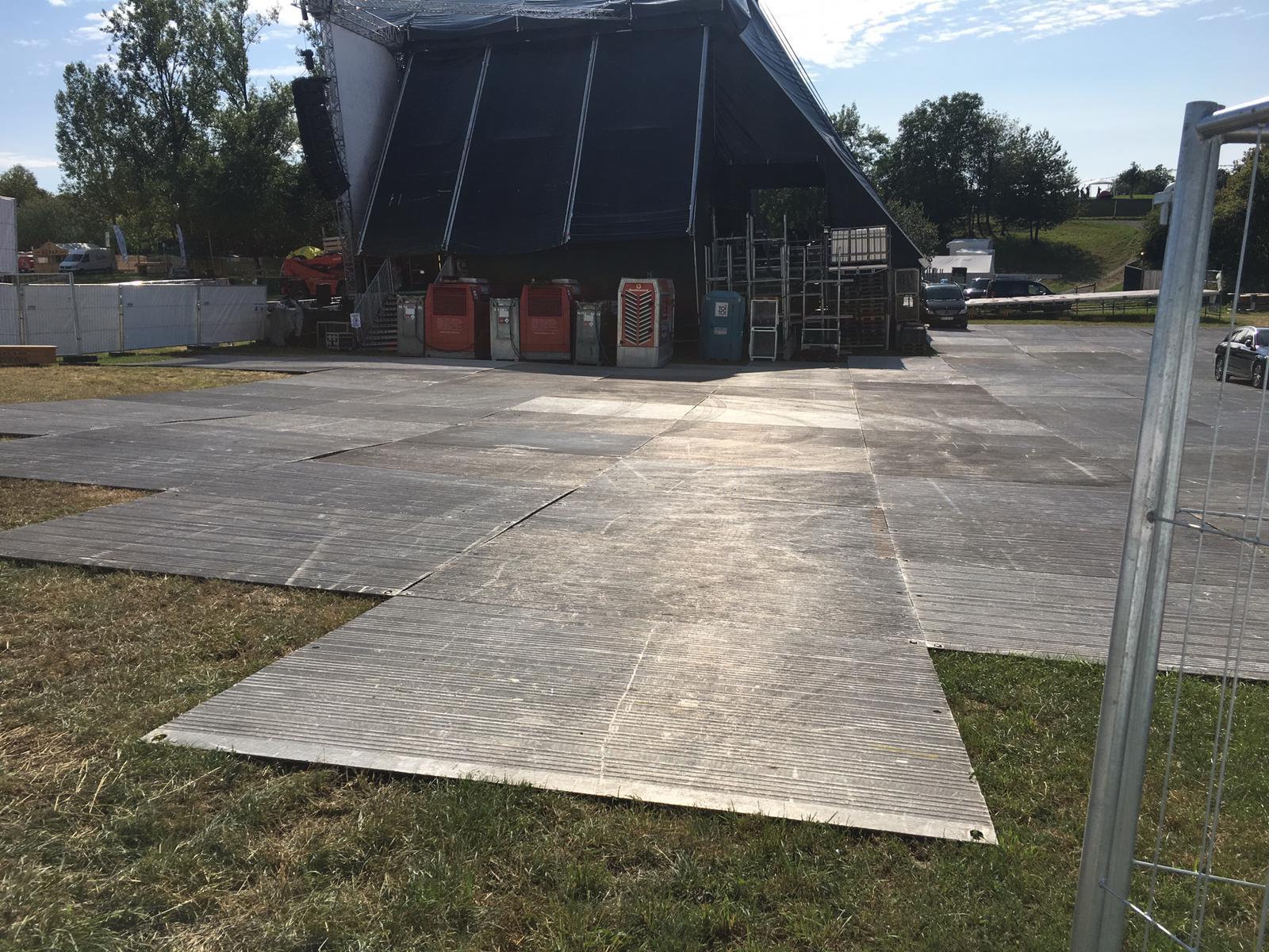 Bodenschutz-rasenschutzsystem-bodenplatten-alupanel-alu-panel-bodenschutzsystem-veranstaltung-event-openair-festival-konzert-happiness-event-eventboden