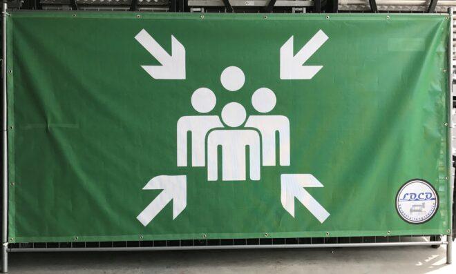 bauzaun-banner-sammelplaz-mobilzaunbanner-moblizaun-bauzaunbanner-sammelstelle-veranstaltung-konzert-event-openairfestival-openair-leitsystem-personensleitsystem