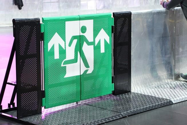 schwarz-Bühnengitter-Stagebarrier-Emergency-door-notausgang-fluchttür-crashbarrier-buehnengitter-veranstaltung-konzert-sicherheit-publikum-event-openair-festival-stuttgart-leonberg-ludwigsburg-black